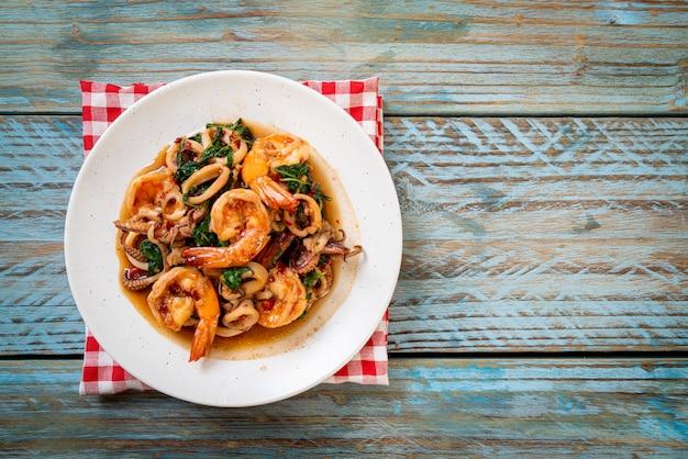 Roergebakken zeevruchten met thaise basilicum