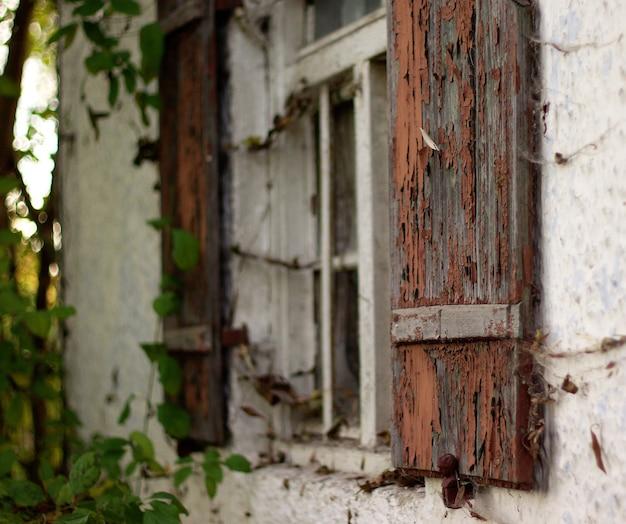 Roestig luik van oud huis