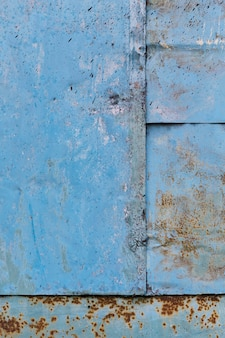Roestige blauwe metalen muur
