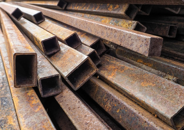 Roestige constructie betonstaal, pijp en kanaal.