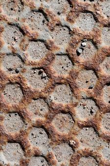 Roestige en bekraste stalen honingraatstructuur muur