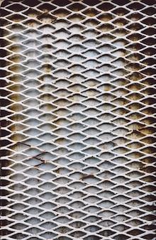 Roestige metaalstaven op een deur van het grunge oude metaal.