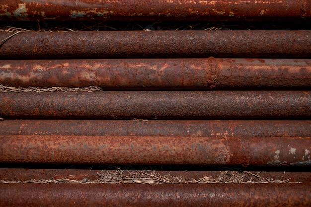 Roestige pijpen. gecorrodeerde pijpen liggen parallel. metalen buizen.