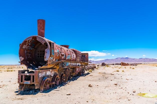 Roestige trein in de beroemde treinbegraafplaats in salar de uyuni in bolivia.