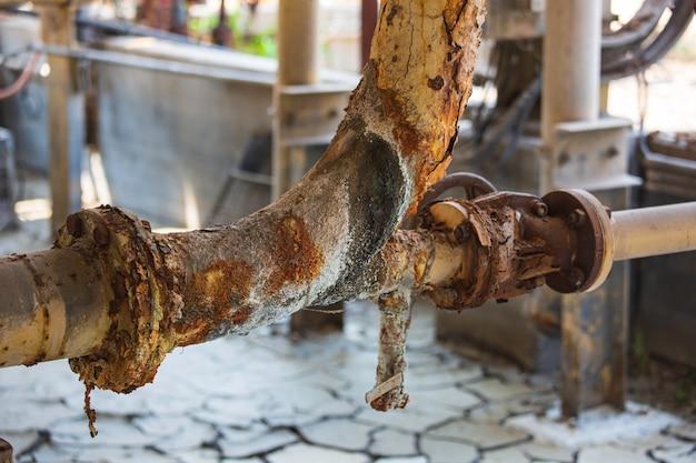 Roestschade verf en corrosie flens en boutmoer op pijpleiding ventiel afvoer industrieel.