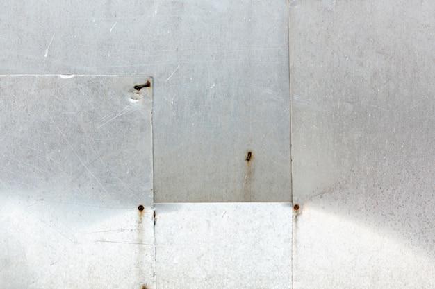 Roestvrij stalen platen met verroeste nagels