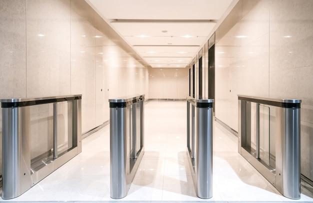 Roestvrij stalen toegangswacht bij de ingang van het appartement