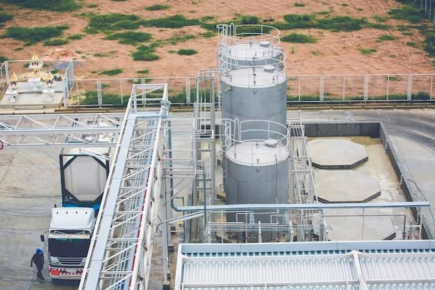 Roestvrijstalen silotank en pijpleiding in het vrachtwagentransport van de chemische industrie.