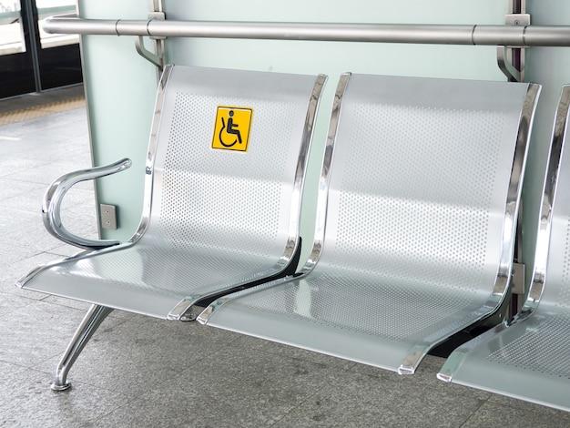 Roestvrijstalen stoelen in het treinstation met uitgeschakelde signage om het gebruik te vergemakkelijken