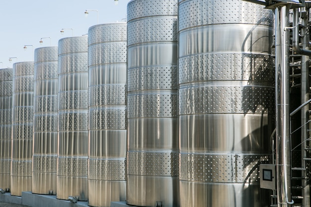 Roestvrijstalen tank op het wijnhuis voor wijnrijping