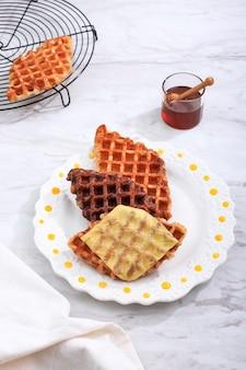 Roffle croisant wafel met diverse topping, kaas, chocolade, suiker en kaneel. croffle is viral street food uit korea.