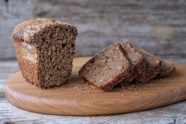 Rogge en tarwe zelfgebakken brood met zonnebloempitten op eiken bord