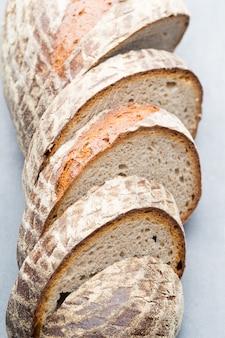 Rogge vers brood op hij grijze achtergrond.