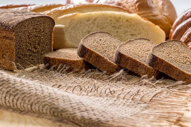 Roggebrood en wit lang brood