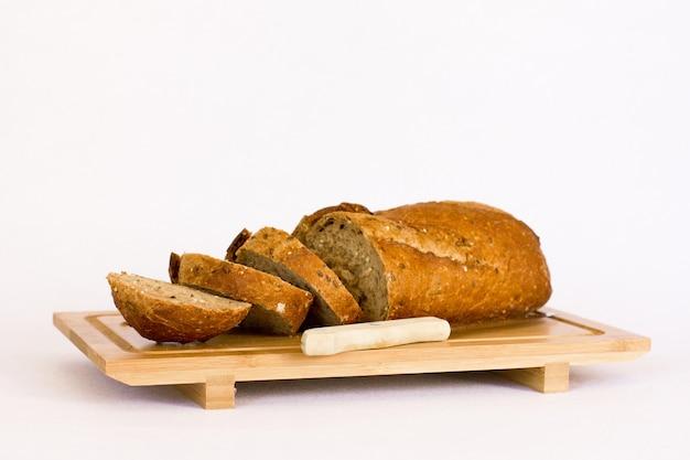 Roggebrood met granen op houten tafel. geïsoleerd