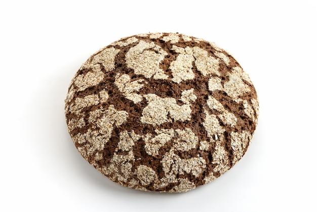 Roggebrood op een witte achtergrond.