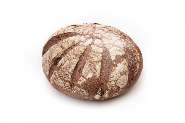 Roggebrood rond brood op een witte achtergrond.