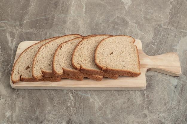 Roggebrood sneetjes op een houten bord. hoge kwaliteit foto