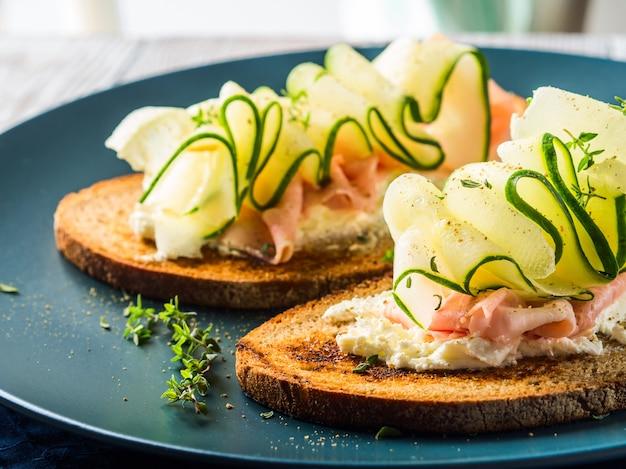 Roggebrood toast met kaas, ham, komkommer