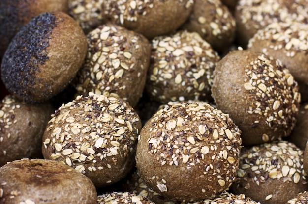 Roggebroodjes met granen en maanzaad
