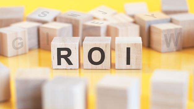 Roi. houten letters op het bureau