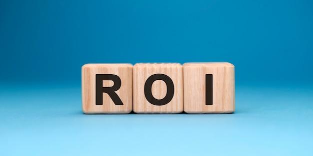 Roi-woordkubus op een blauw oppervlak