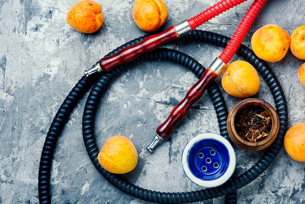 Roken arabische waterpijp met abrikozen