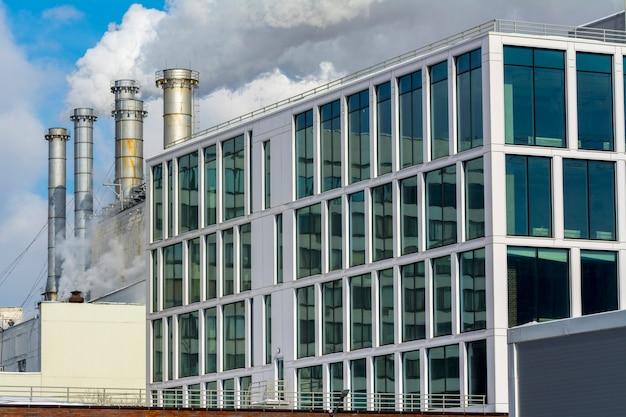 Roken fabriekspijpen en kantoorgebouw van de fabriek