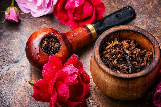 Roken tabak met rozemarijn