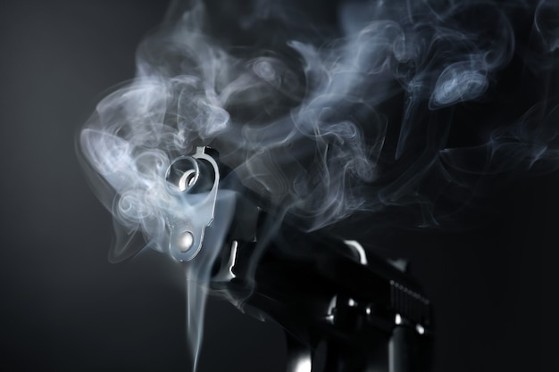 Rokend pistool op donker