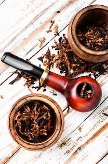 Rokende pijp op houten tafel