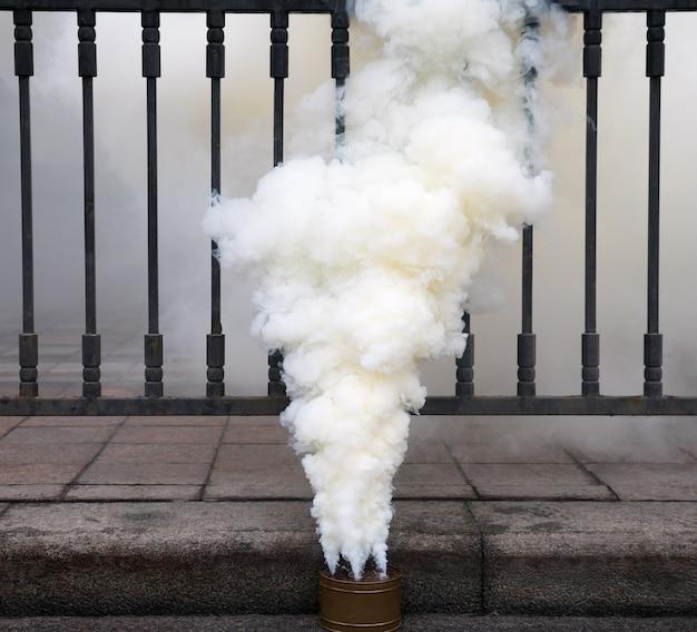 Rokende rookbom op de weg tijdens de protestactie