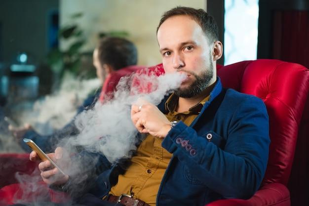 Rokende waterpijp, de mens blaast rook