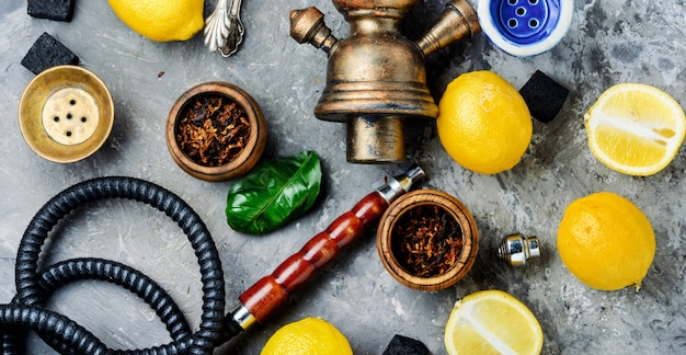 Rokende waterpijp met citroensmaak