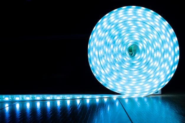 Rol blauwe led-stripdiodeverlichting met kopieerruimte