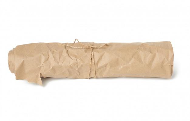 Rol bruin inpakpapier vastgebonden met een bruin touw