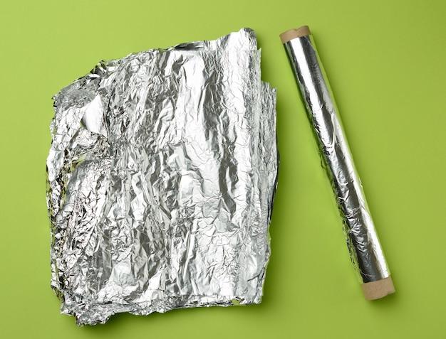 Rol grijze folie voor het bakken en verpakken van etenswaren