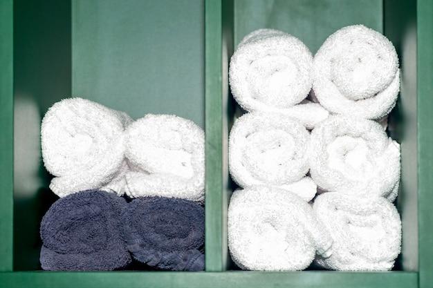 Rol handdoeken op op plank.
