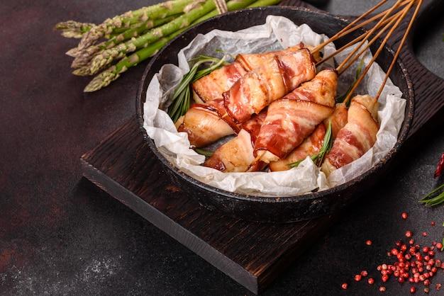 Rol met spek en kipgehakt op een stoofpotje met verse asperges en kruiden