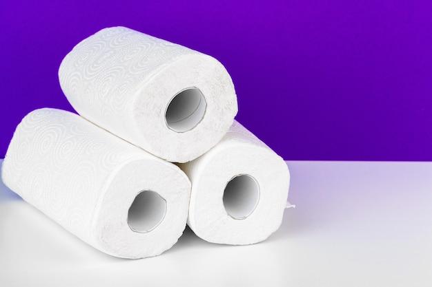Rol papieren handdoek op tafel