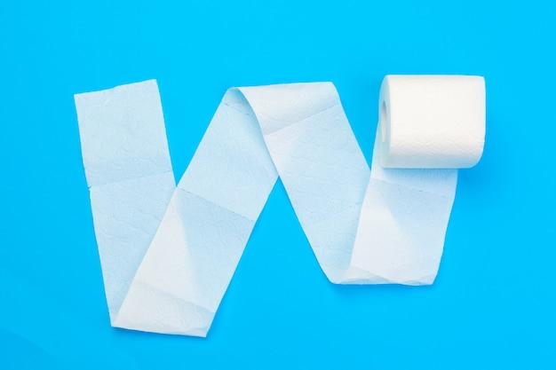 Rol wc-papier op blauwe kleur achtergrond
