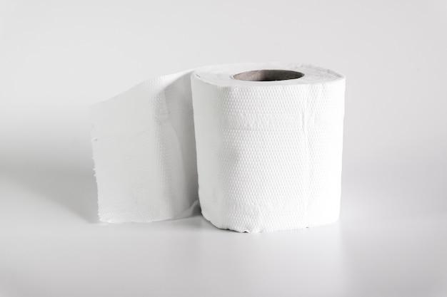 Rol wc-papier op een zachte kleur achtergrond