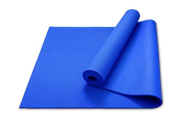 Rol yogamat in blauwe kleur op witte achtergrond