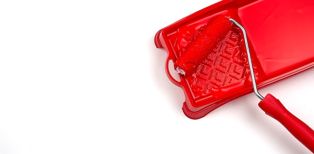 Rolborstel met rode verfbaan mockup