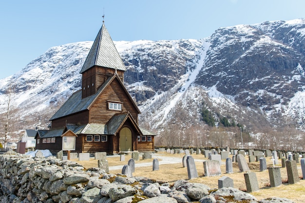 Roldal staafkerk (roldal stavkyrkje) met sneeuw cap berg achtergrond