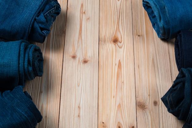 Roll frayed jeans of spijkerbroek-denimcollectie op hout