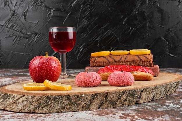 Rollcake en wijn op een houten bord.