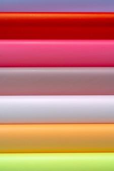 Rollen gekleurd inpakpapier. abstracte economische achtergrond.