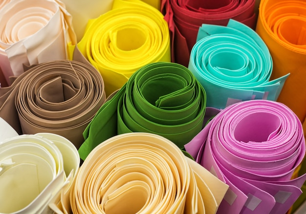 Rollen gekleurd papier - groen, bruin, blauw, roze, oranje, rood, wit. zachte focus