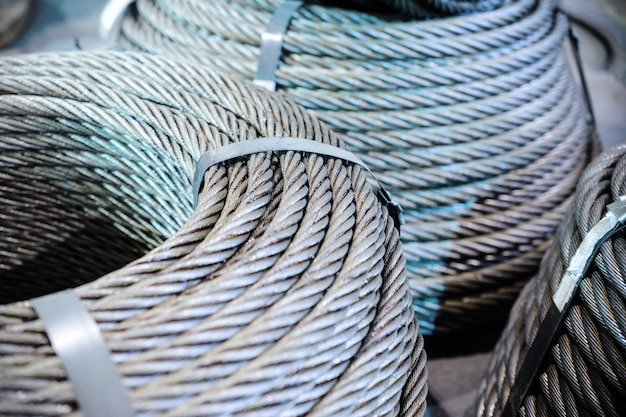 Rollen van staalkabel. verschillende staaldraad ringen gestapeld op de vloer.
